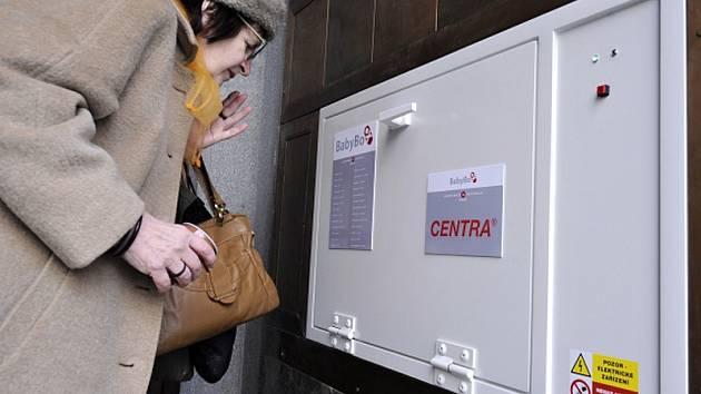 Babybox u vchodu do radnice Prahy 2.