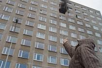 EVAKUACE. Požár zasáhl desáté patro, bylo nutné evakuovat přes třicet osob.