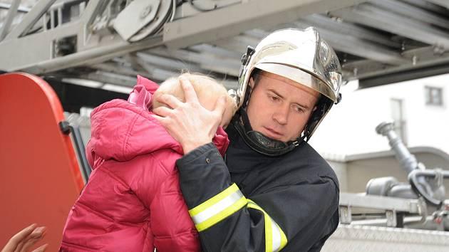 DO BEZPEČÍ. Dvouletý chlapeček se při požáru nadýchal jedovatých zplodin.