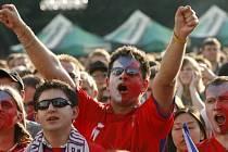 Kdo neskáče není Čech. Fanoušci mohli 7. června na Staroměstském náměstí slavit. Česká reprezentace porazila na EURU švýcarský tým 1:0.