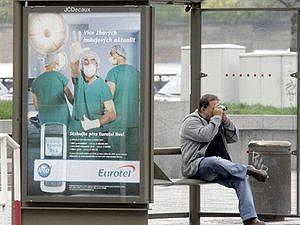 Reklamní polocha na autobusové zástávce.
