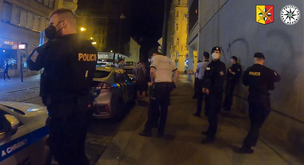 V noci z pátku 16. července 2021 provedla policie spolu s hygieniky kontrolu v některých pražských klubech.