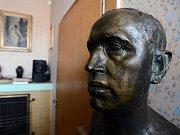 Busta Karla Čapka v jeho pracovně.