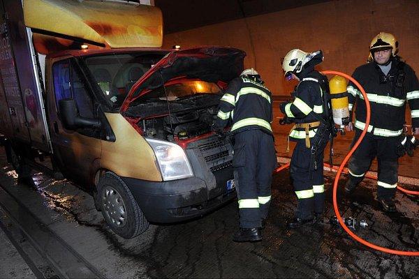 Dopravu na okruhu zastavil požár vtunelu.
