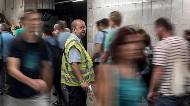 Situace ve špičce na stanici metra Pražského povstání kvůli výluce na trase metra C 2. července 2019.