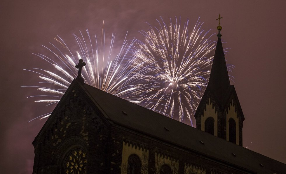 Novoroční ohňostroj byl 1. ledna odpalovám poprvé z pražského Vítkova. Na snímku je v popředí kostel svatého Cyrila a Metoděje v Praze 8-Karlíně na Karlínském náměstí.