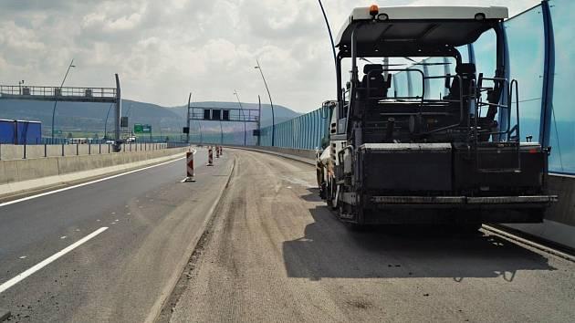 Oprava povrchu vozovky a mostních závěr na Pražském okruhu mezi tunely Lochkov a Cholupice.