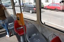 Místo v tramvaji číslo 25 v Praze, kde chtěl cizinec brutálně oloupit studentku.
