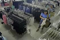 Krádež oblečení - předání odčipovávače.