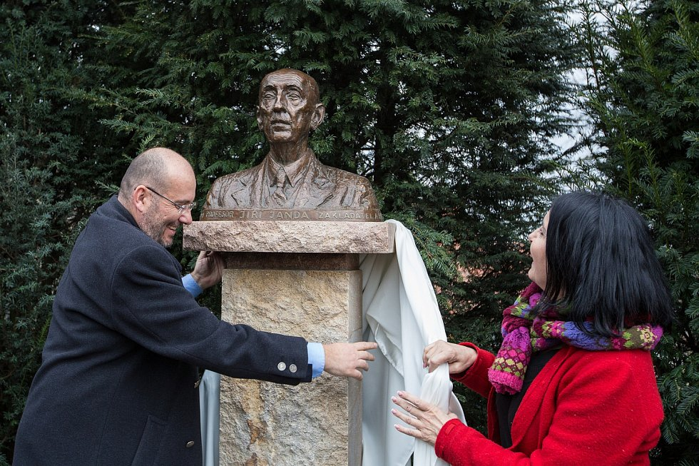 Ředitel Zoo Praha Miroslav Bobek odhalil bustu prof. Jiřího Jandy.
