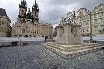 Stavba repliky mariánského sloupu na pražském Staroměstském náměstí je za polovinou, měla by být hotova 15. srpna 2020.