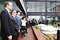 Park vědy v Roztokách u Prahy. Zelená střešní terasa umožní budoucím výzkumníkům lepší pracovní prostředí. Stejně tak se architekti vyřádili při vlastních tapetách s fyzikálními vzorečky.