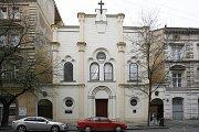 Karlínská synagoga byla postavena v novorománském slohu v roce 1861 pro místní zámožnou židovskou komunitu, neboť Karlín, německy Karolinenthal, byl převážně industriálním a komerčním městem, a mnoho bohatých továrníků a obchodníků zde byli právě Židé.