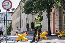 Kontroly před vstupem do Pražského hradu pokračovaly.