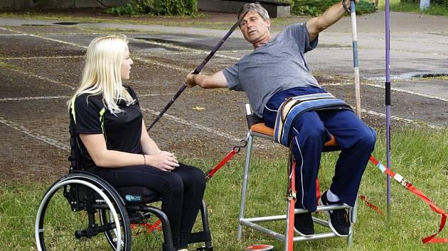 Trojnásobný vítěz olympijských her Jan Železný si v úterý svoje řemeslo vyzkoušel v jiné roli, spolu s handicapovanou oštěpařkou Katkou Novákovou.