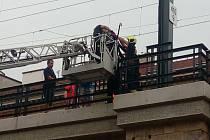 Zmatený muž zastavil provoz na Negrelliho viaduktu. Sundavali ho hasiči.