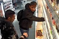 Policie hledá muže podezřelé z krádeže parfémů.