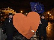 Účastníci pochodu Srdce na Hrad se vydali z Palachova náměstí Nerudovou ulicí na Pražský hrad. V čele průvodu jsou kandidáti na prezidenta Pavel Fischer (vlevo) a Marek Hilšer.