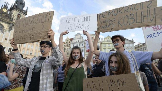 Němý protest proti Andreji Babišovi na Staroměstském náměstí.