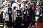 V Karmelitské ulici celé dopoledne čekaly tisíce věřících a ostatních návštěvníků na příjezd papeže.