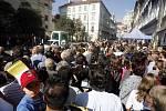 Benedikt XVI. odjíždí v papamobilu z kostela Panny Marie Vítězné na nunciaturu ve Voršilské ulici.