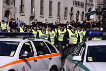 Na zvládnutí situace byly nasazeny desítky policistů.