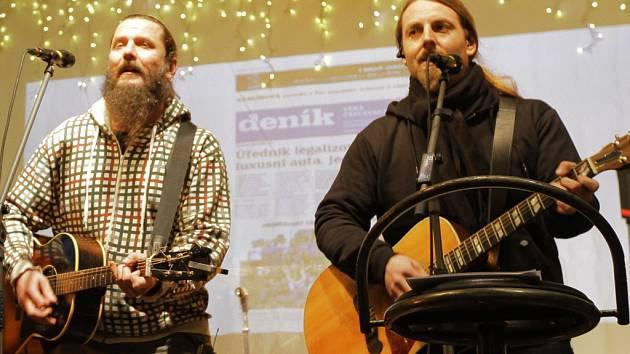 Vrcholem večera v rámci setkání s názvem Česko zpívá koledy byl na Staroměstském náměstí v Praze koncert a zpívání koled s kapelou Divokej Bill.