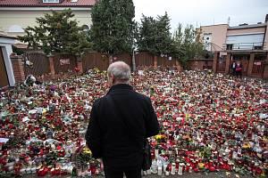 Lidé uctívali památku zpěváka Karla Gotta ještě 8. října 2019 před jeho vilou na Bertramce.