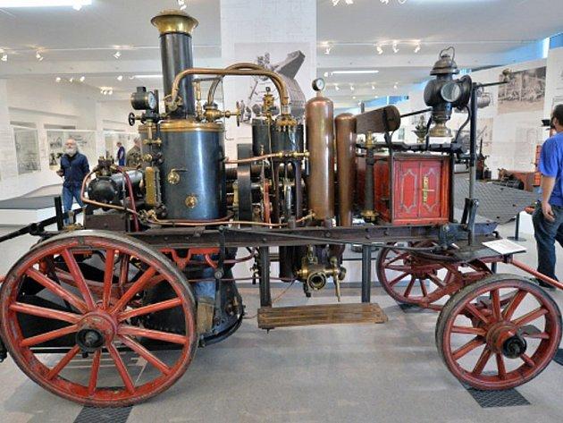 Jeden z exponátů výstavy v Národním technickém muzeu v Praze: hasičská stříkačka z roku 1914 poháněná parním strojem; na místo zásahu ji však táhli koně.
