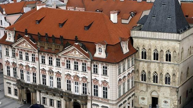 Palác Kinských a Dům U Kamenného zvonu na Staroměstském náměstí v Praze.