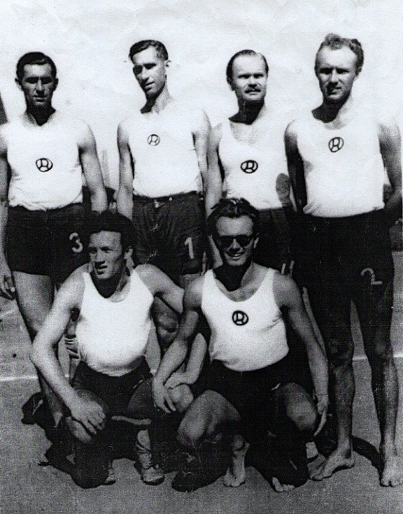 Veslařský plavecký klub Radbuza Plzeň - Vladimír Beneš v brýlích, jeho bratr Zbyslav stojí vpravo.