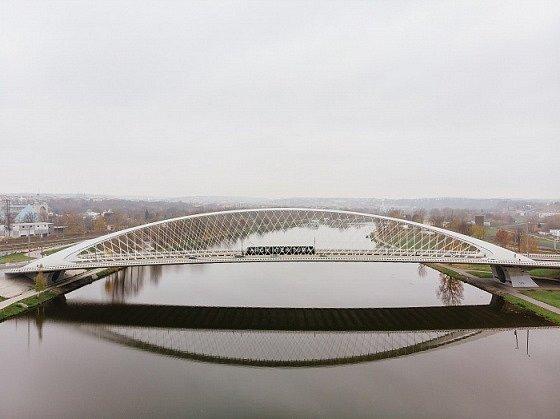 Trojský most a černá tramvaj 15T ForCity.