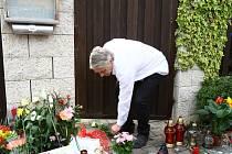 Pietní místo před domem v Uhříněvsi, kde zpěvačka Iveta Bartošová před svou smrtí bydlela. Na snímku její manžel Josef Rychtář.
