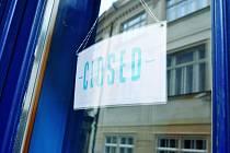 Podívejte se na fotky se značkami, že mají restaurace zavřeno. Foto: Vojta Gallo