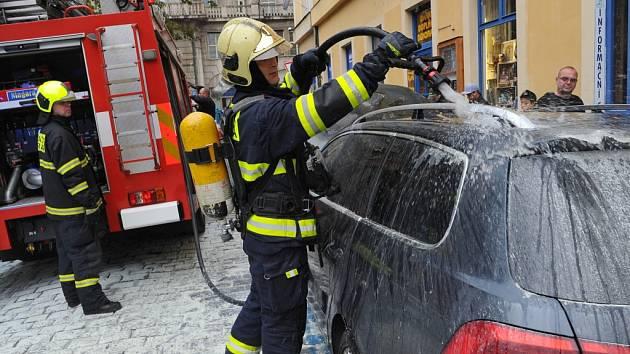 Požár zaparkovaného osobního auta.