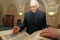 JAKO ZA STUDIÍ. Kardinál Vlk navštívil i studovnu rukopisů a starých tisků, kde jako student archivářství proseděl v padesátých letech mnoho hodin.
