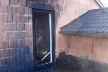 V Morkovicích hořelo na terase domu. Majitel neopatrně natavoval lepenku
