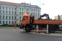 Kruhový objezd v Kroměříži na Náměstí míru prochází rekonstrukcí. Betonové plochy by měla nahradit zeleň a květiny.