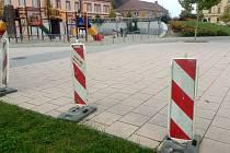Z Hanáckého náměstí v Kroměříži bylo z bezpečnostních důvodů odstraněno dvacet osm laviček. Jedna z nich se totiž při běžném používání vyvrátila.
