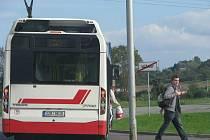 Klienti Domova pro seniory ve Vážanech si stěžují, že na zastávce přímo před zařízením stavějí autobusy MHD velice málo, o víkendu se prý nemají jak dostat do města.