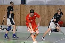 Hráči Počenic (v červeném) vybojovali tři body za výhru v Praze s dalším nováčkem první ligy.