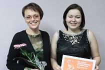 Úspěch na Mezinárodní pěvecké soutěži v Olomouci si koncem roku připsala Jitka Druláková z Hulína (na snímku vpravo), žákyně tamní ZUŠ: stala se totiž vítězkou ve své kategorii.