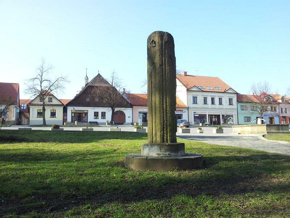 Pranýř na náměstí patří k nejstarším dochovaným na našem území. V horní části sloupu jsou čtyři otvory, pro řetězy, pouta či obojek.