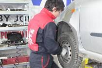 Foto z kroměřížského pneuservisu u Drápalů, kde právě začínají s výměnou zimních pneumatik na letní.