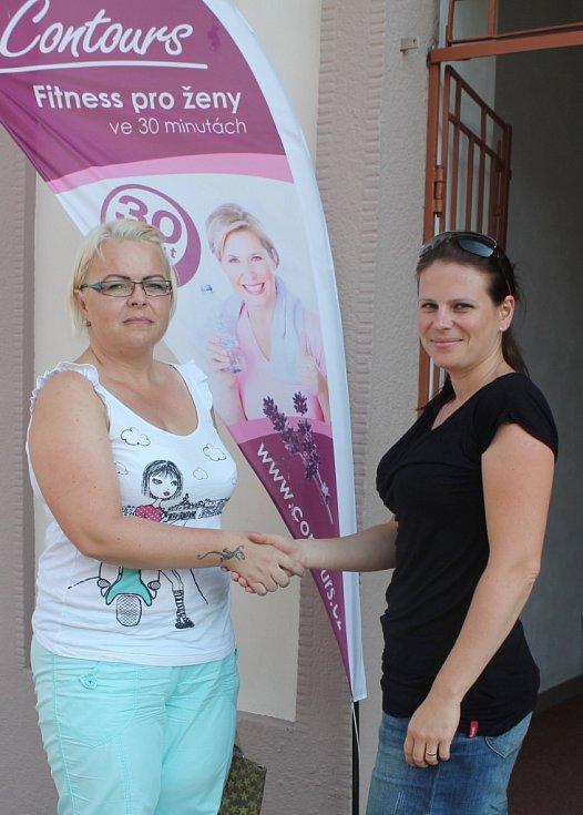 Kateřina Kolomazníková (vlevo) se stala výherkyní soutěže Proměna s Deníkem. 17. července jí k výhře osobně pogratulovala i vedoucí centra Countours fitness Jitka Magyarics. Od 11. srpna pak odstartuje svou tříměsíční proměnu.