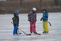 Silné lednové mrazy po několika letech umožnily dětem užít si bruslení na kroměřížských rybnících a dalších vodních plochách: takto to vypadalo o posledním lednovém víkendu na tamním Bagráku.