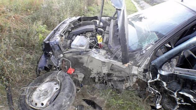 Mladý řidič předjížděl a narazil do protijedoucího auta