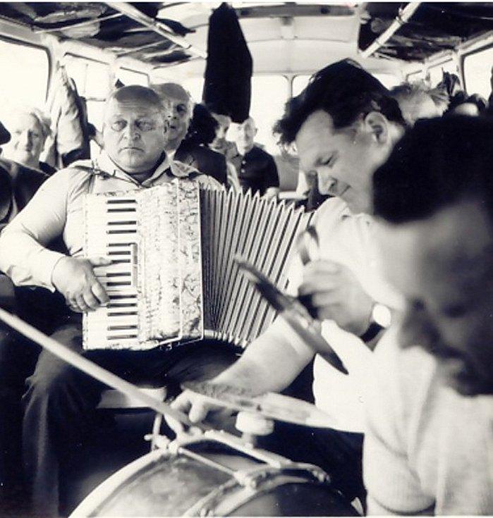 HASIČSKÝ ZÁJEZD 80. LÉTA. Hasiči jsou důležitým kulturně-společenským činitelem v obci. V 80. letech dokonce organizovali velmi oblíbené hasičské výlety. Jízdu autobusem si zpestřovali zpěvem s hudebním doprovodem.