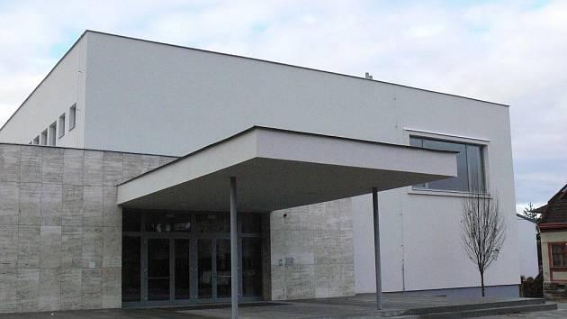 Dům kultury ve Zdounkách je rekonstruován. V listopadu loňského roku byly ukončeny stavební práce, nyní chybí ještě interiérové vybavení.
