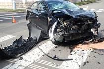U vážné dopravní nehody zasahovali ve středu 24. června odpoledne na křižovatce ulic Kollárova a Svatopluka Čecha v Kroměříži hasiči.  Dva lidé utrpěli zranění, jeden z účastníků byl nakonec převezen i do nemocnice.